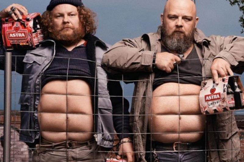 Männerbäuche hart geschmiedet: Die neuen Sixpacks von Astra