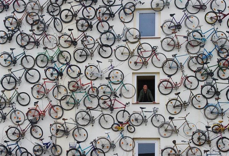 Eine Fassade mit Fahrrädern veredeln