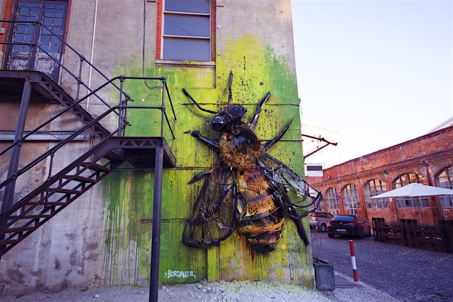 Street-Art mal anders: Riesige Honigbiene aus Schrott