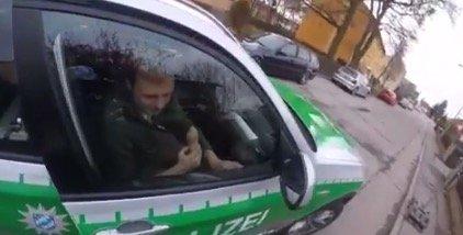 Eis schlecken bei der Verfolgungsjagd: Ein Polizist zeigt, wie es geht