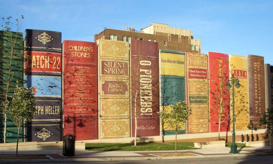 Gigantische Bücher als Hausfassade einer Bibliothek