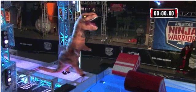 Ein T-Rex auf dem Parcours von American Ninja Warrior