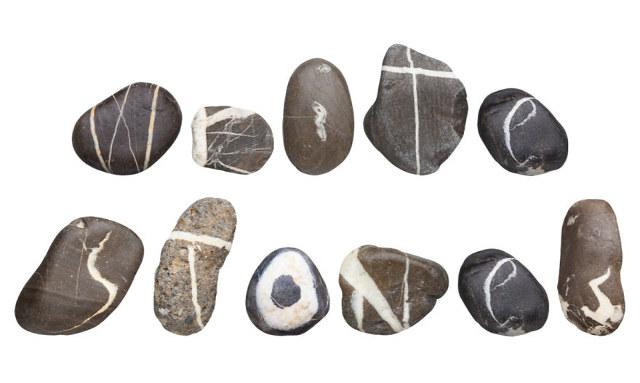 10 Jahre damit verbringen das Alphabet auf Steinen zu finden