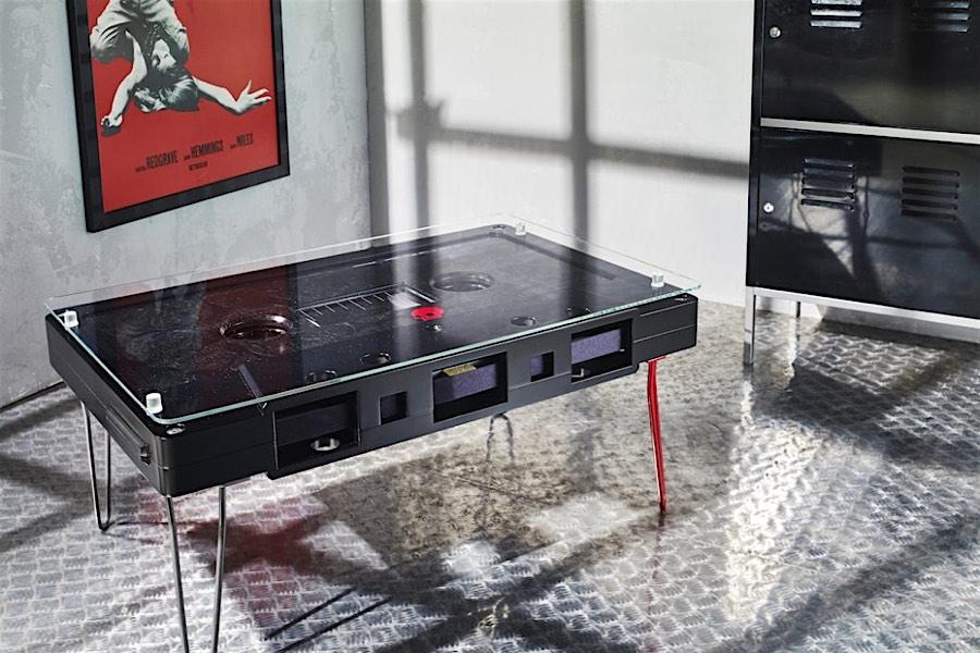Nostalgie im wohnzimmer audiokassetten als couchtisch von for Nostalgie wohnzimmer