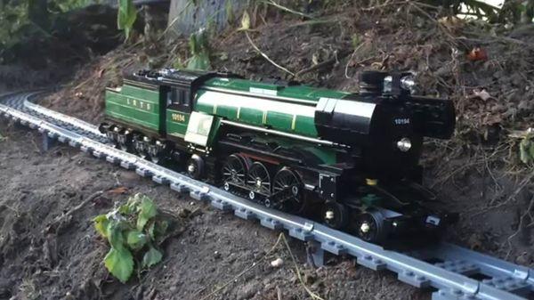 Bitte einsteigen: Mit der Riesen-LEGO-Eisenbahn durch Wohnung und Garten