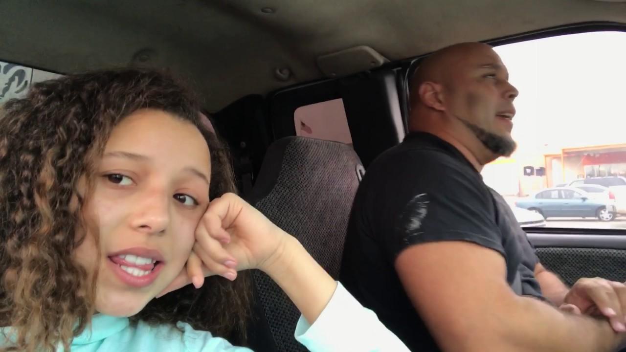 """Stolze Tochter filmt Vater im Auto beim Singen von """"Tennessee Whiskey"""""""